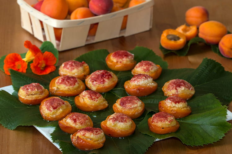 Abricots rôtis garnis d'une crème amandine