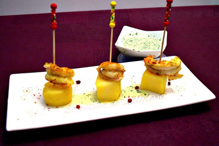 Brochettes de pommes de terre et langoustines marinées au combawa et curry