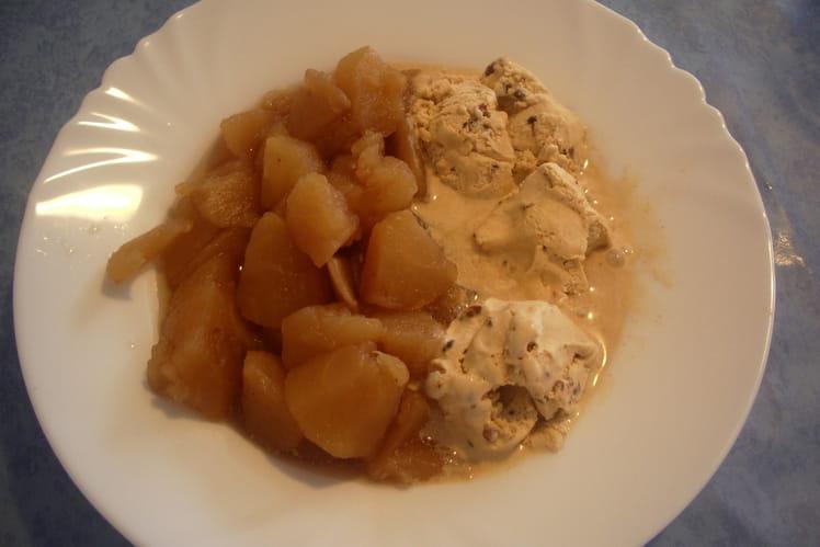 Salade de pommes chaudes et glace à la cannelle