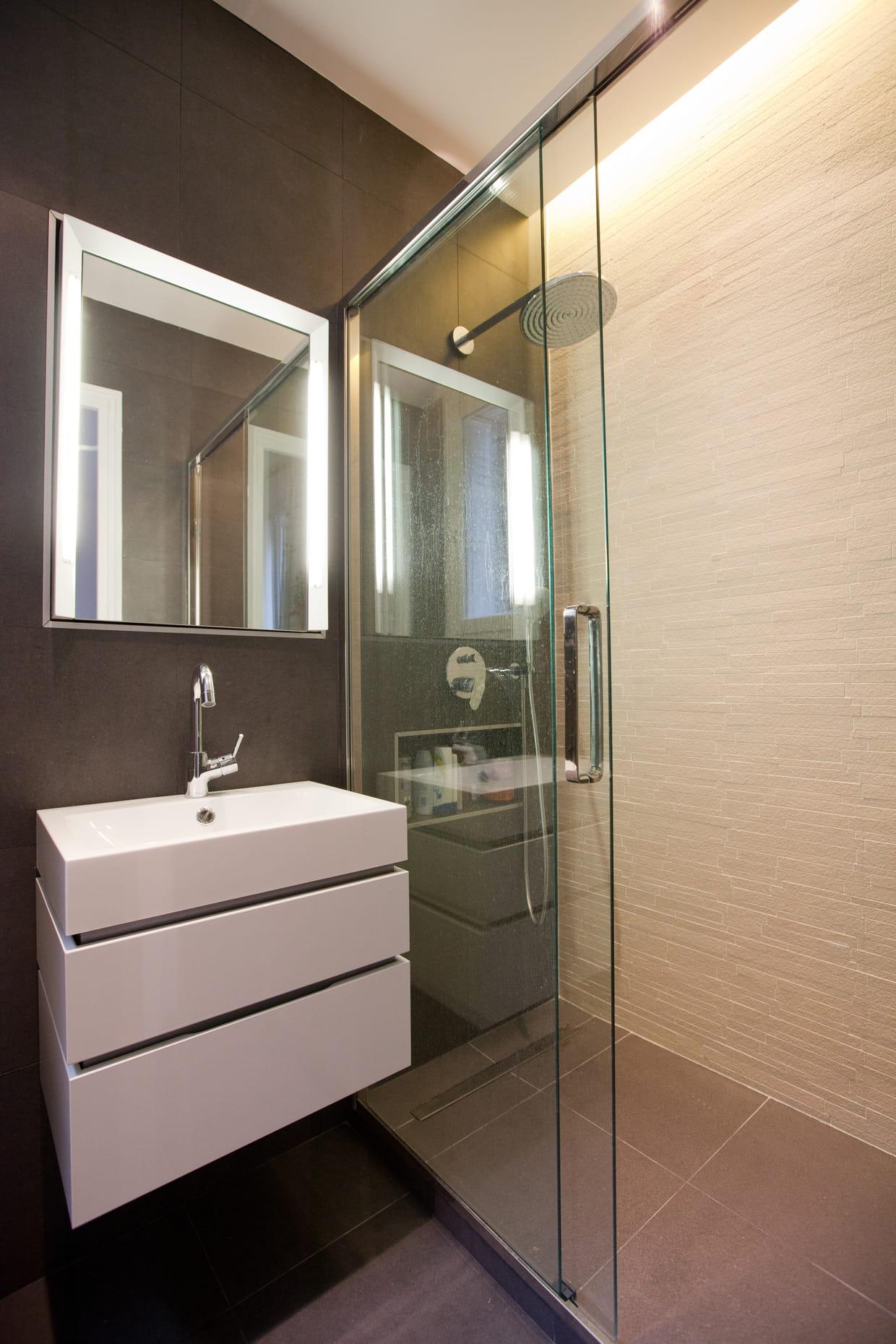 petite salle de bains calme et graphique. Black Bedroom Furniture Sets. Home Design Ideas