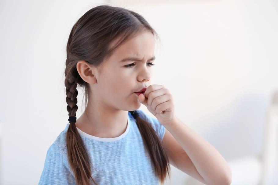 Enfant qui a une toux grasse ou sèche: que faire?