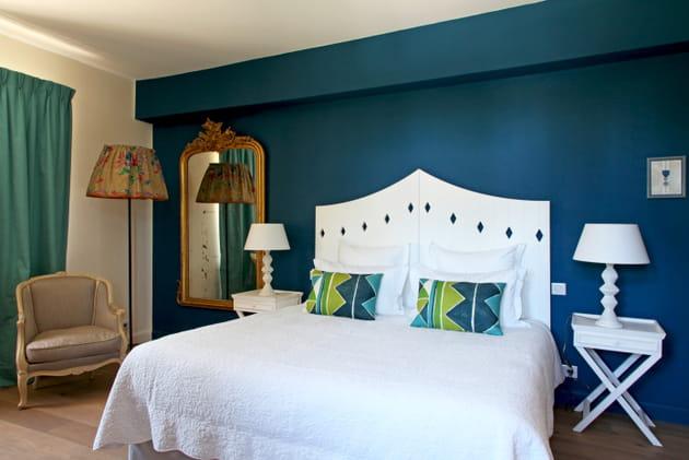 Une chambre d'adulte bleue et verte