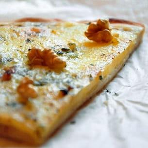 pizza auvergnate au bleu, cantal, tomme et noix