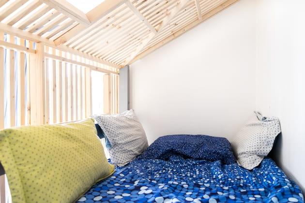 Un lit-cabane lumineux