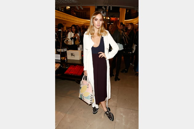 "Suki Waterhouse et son ""Bloomsbury"" de Burberry"