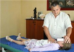 le magnétiseur soigne le patient par simple apposition des mains.