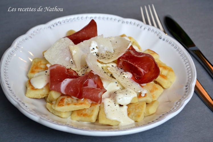 Gnocchi de pomme de terre poêlés, sauce parmesan et coppa