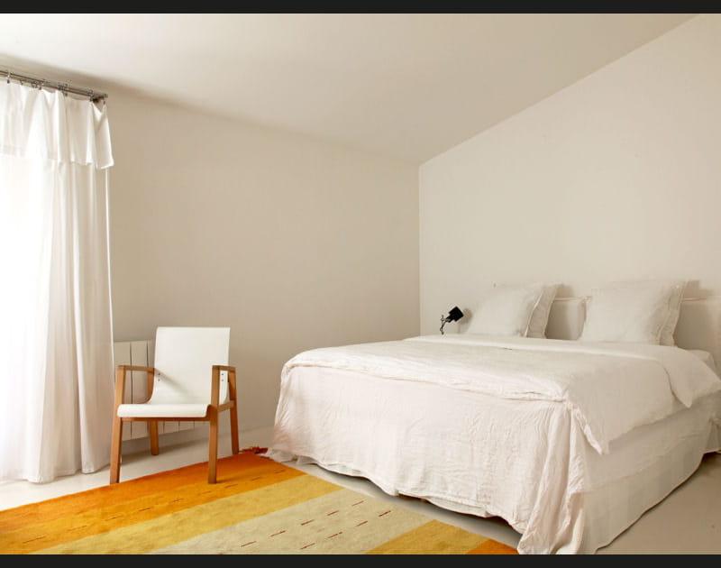 Chambre blanche au tapis jaune
