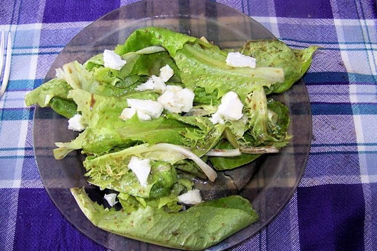Salade au chèvre frais et au miel chaud