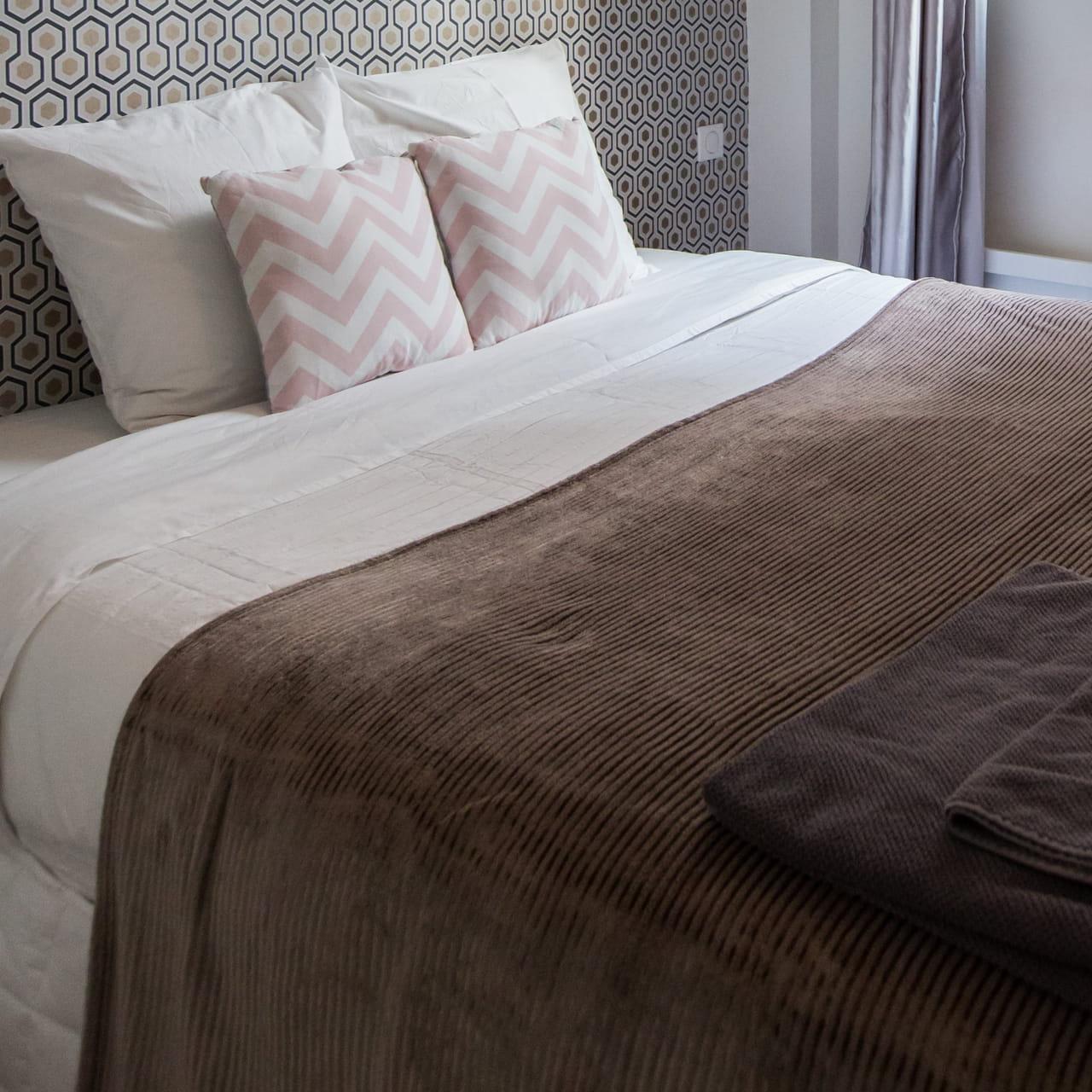 Une chambre couleur taupe, élégante et originale