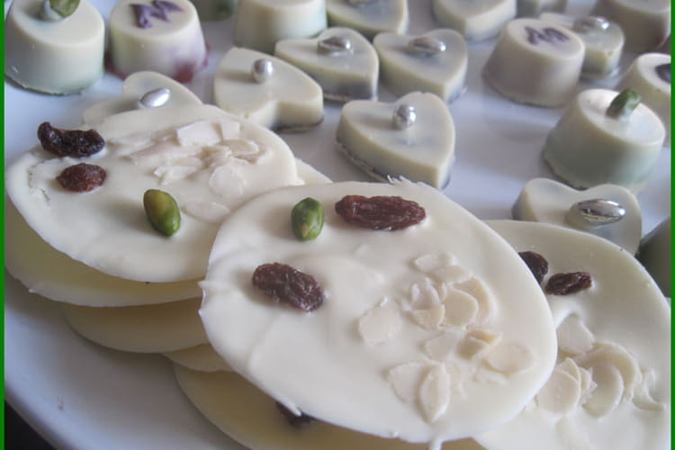 Mendiants au chocolat blanc, pistaches, raisins secs
