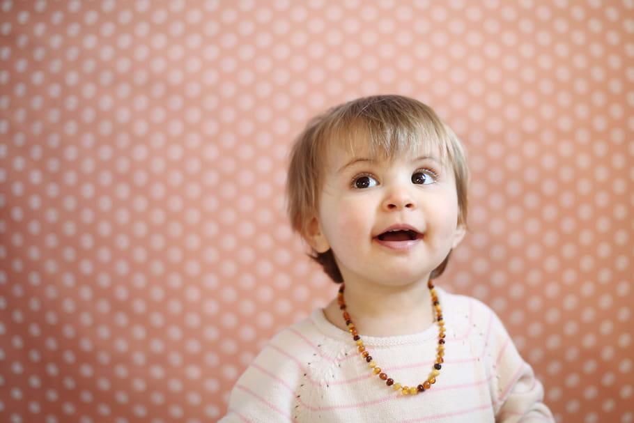 Collier d'ambre bébé: à quel âge, où en trouver, est-ce dangereux?
