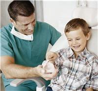 le dentiste peut expliquer à l'enfant comment se brosser les dents.