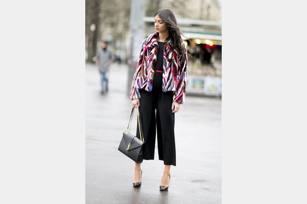 Street style à Paris : la fausse fourrure bariolée