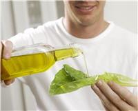 un filet d'huile sur votre salade n'est pas contre-indiqué lors des régimes.