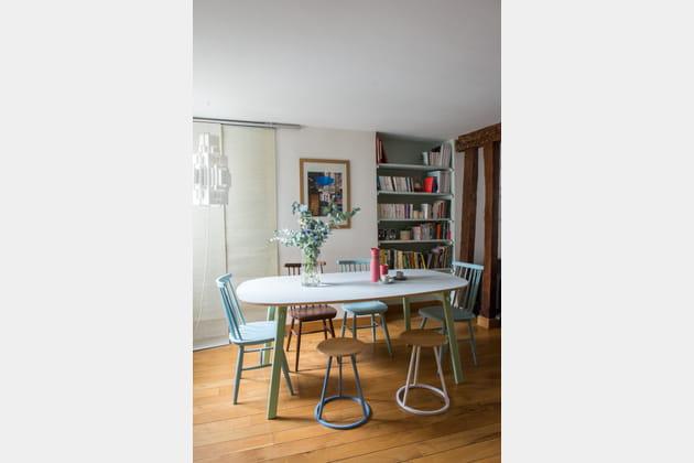 Des chaises de couleurs pastel