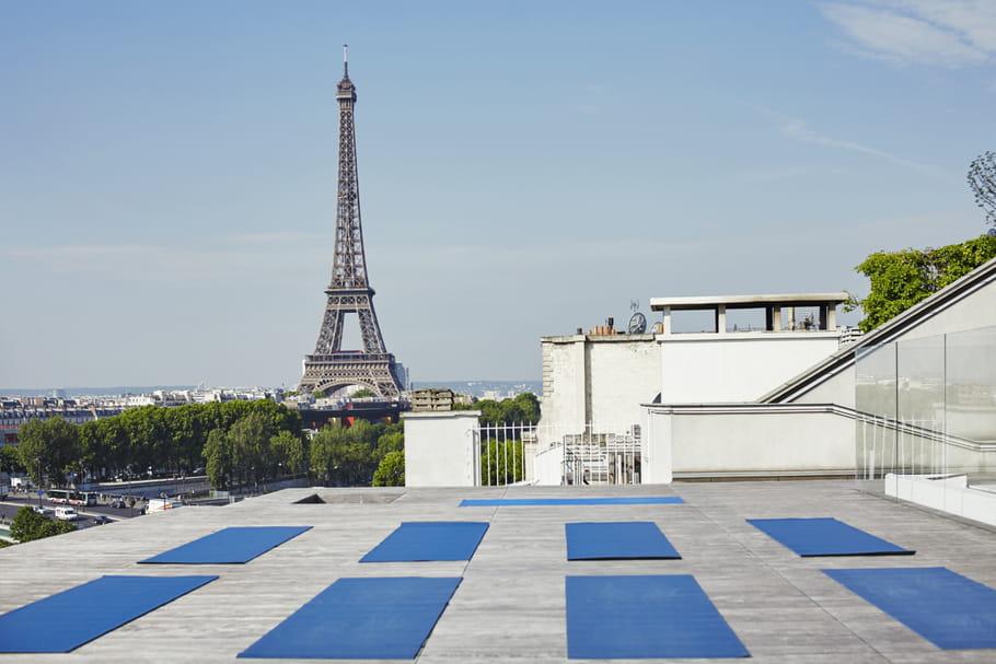 Cours de yoga sur le toit-terrasse de Maison Blanche à Paris