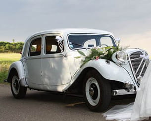la voiture qui a amené la mariée à la mairie.