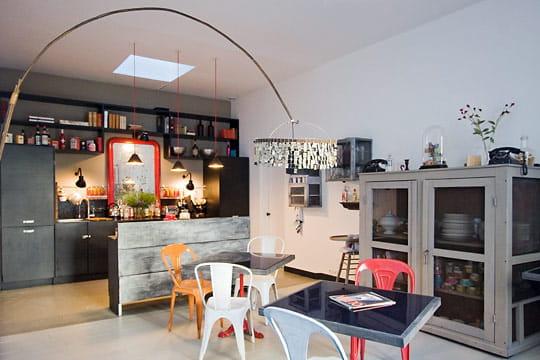 Une grande cuisine-salle à manger