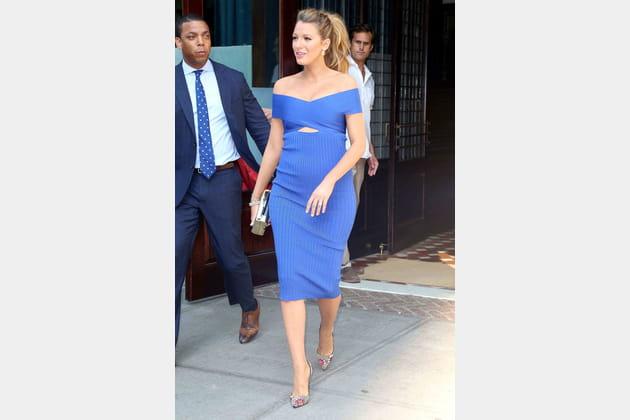 Une robe drapée bleue roi pour Blake Lively
