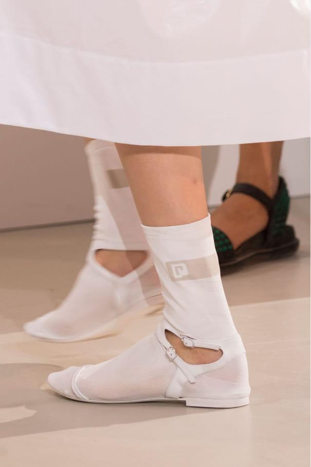 Les chaussures chaussettes plates blanches du défilé Paco Rabanne