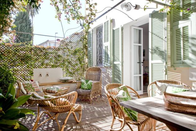 Rotin et motifs exotiques pour une terrasse végétale