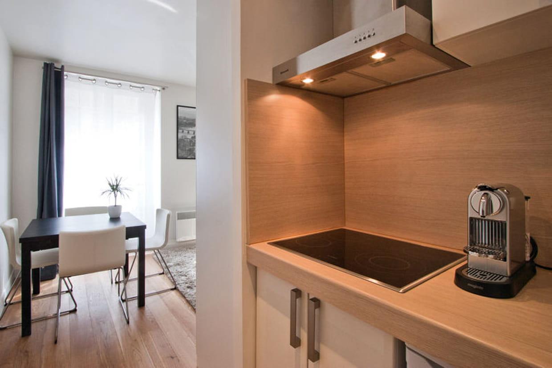 cr dence et plan de travail en bois. Black Bedroom Furniture Sets. Home Design Ideas
