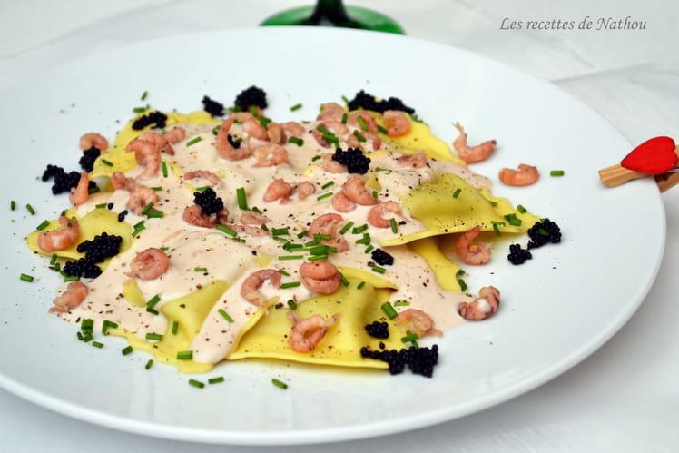 Ravioli au saumon fumé et mozzarella, sauce au porto rouge et crevettes grises