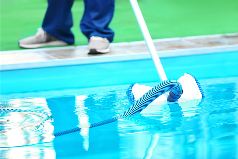 Aspirateur de piscine: balai, robot... les meilleurs modèles