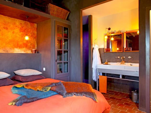 Une chambre à la décoration chaleureuse