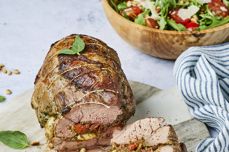 Rôti de gigot d'agneau farci au pesto, tomates confites et mozzarella
