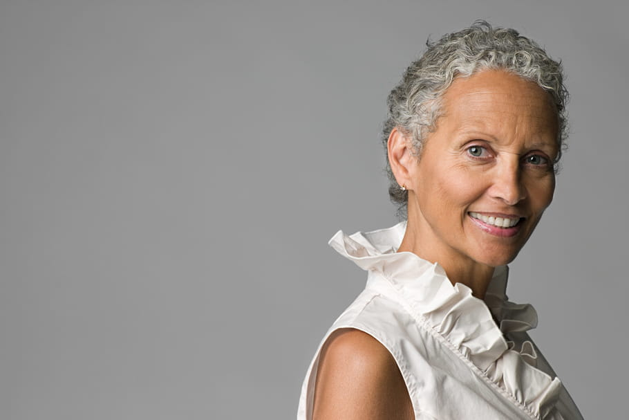 Tout savoir sur les cheveux gris, naturels ou colorés