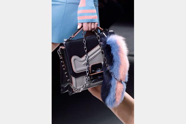 La queue de raton laveur en fourrure multicolore du défilé Versace