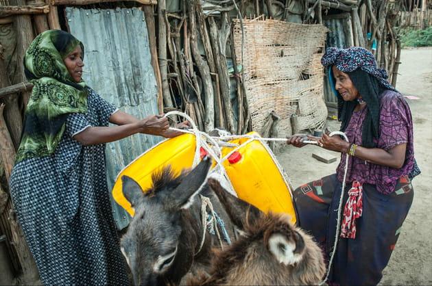 Une femme âgée part la recherche de l'eau
