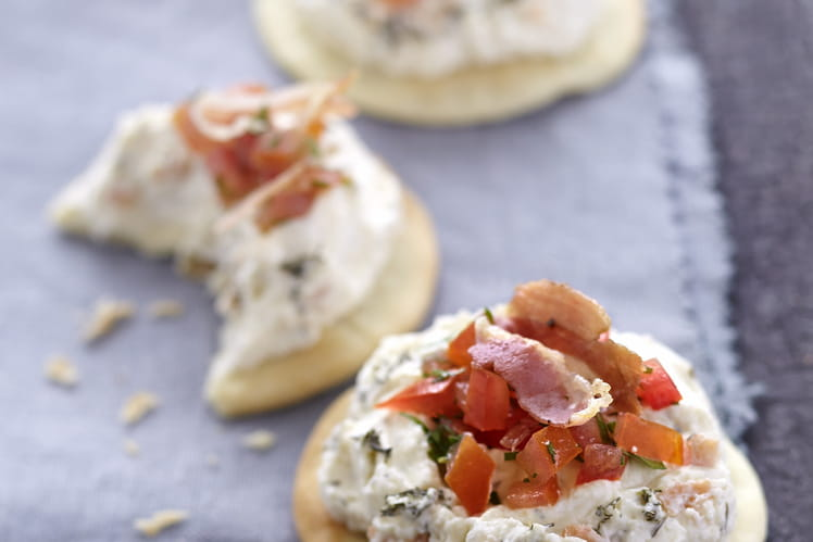 Pizzetas au saumon, tartare de tomate à la coriandre