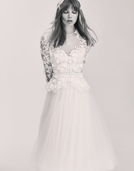 Une robe de mariée courte
