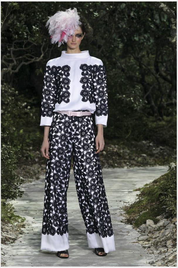 Le tailleur pantalon camélia du défilé haute couture printemps-été 2013