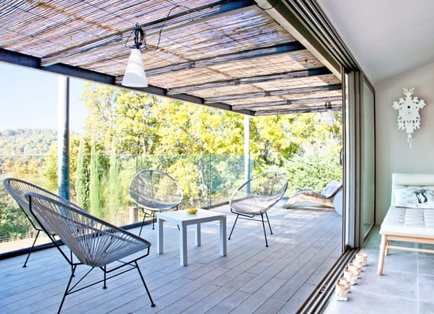 Balcon spacieux avec salon de jardin design