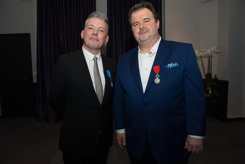 Richard Sève, décoré des insignes de Chevalier de l'Ordre National du Mérite par Pierre Hermé