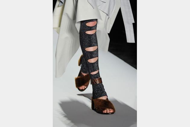 Les sandales fourrure sur legging lamé troué du défilé BCBG Max Azria
