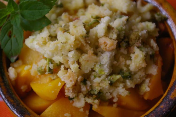 Crumble express de pistaches aux pêches jaunes