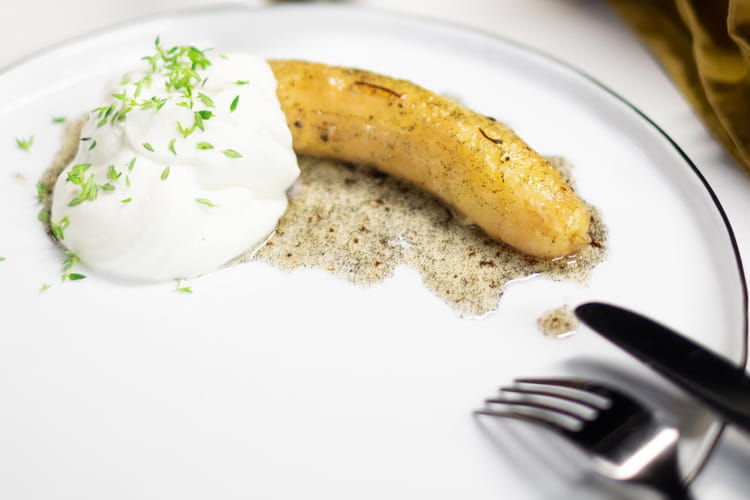 Bananes au four, chantilly au thym et sirop à la vanille