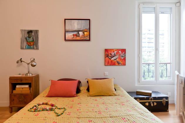 Une chambre aux tons chauds et doux