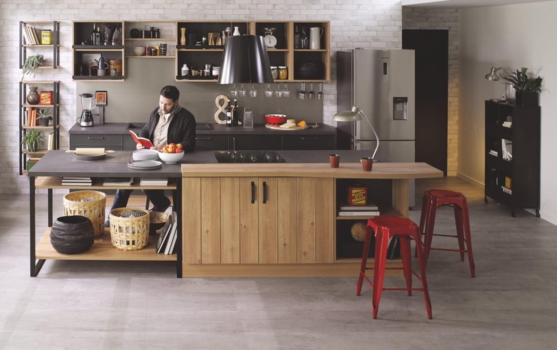 Cuisine en noir et bois: plan de travail, crédence, quelle couleur au mur?