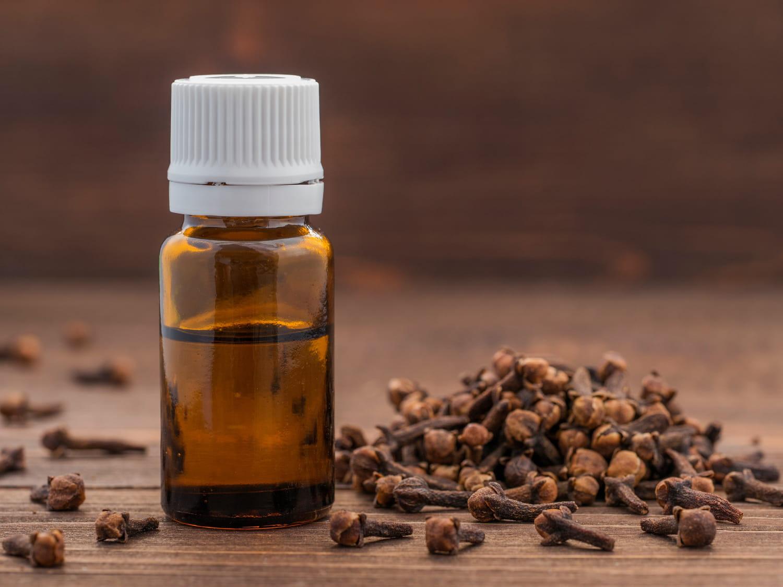 Remèdes naturels pour un mal de dent: ail, vinaigre, HE...