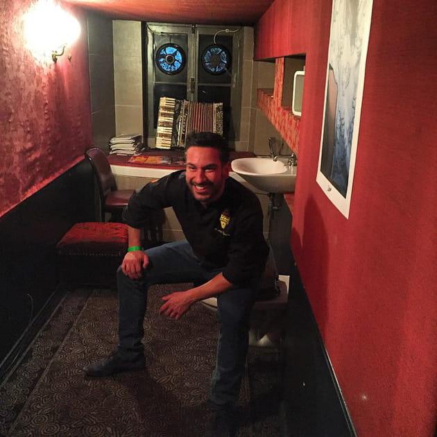Denny Imbroisi, aux toilettes