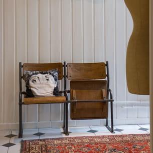 anciennes chaises d'école dans une entrée