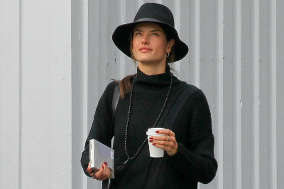 Le look people du jour: Alessandra Ambrosio, casual sous la pluie