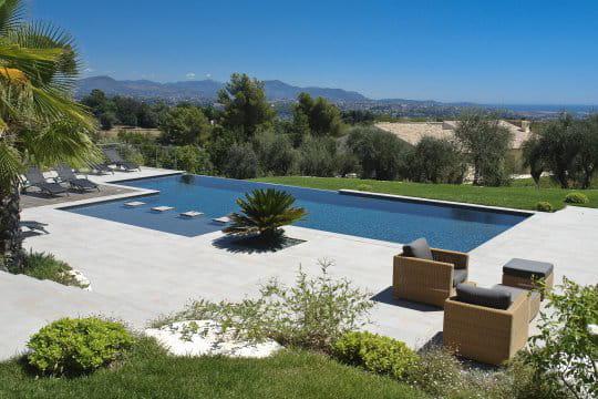 Une piscine en béton armé monobloc tout confort