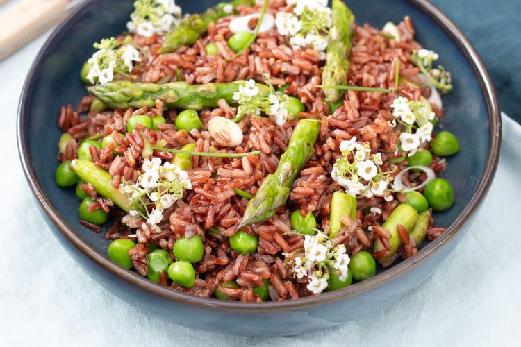 Salade de riz rouge printanière aux légumes croquants